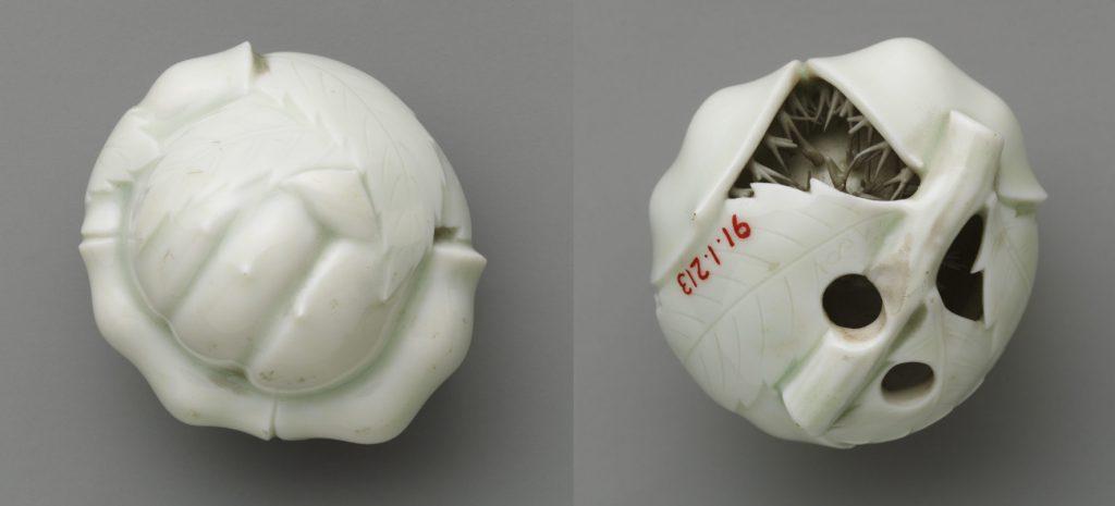 Seramikten yapılmış kestane şeklindeki beyaz netsuke, detay olarak kestanenin dikkenleri eklenmiş.kestane içe dönük duruyor.