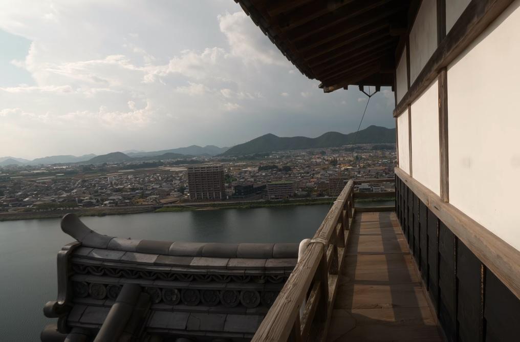 Aichi Prefektürlüğünde bulunan Inuyama Kalesinin balkonundan çekilmiş bir manzara resmi,